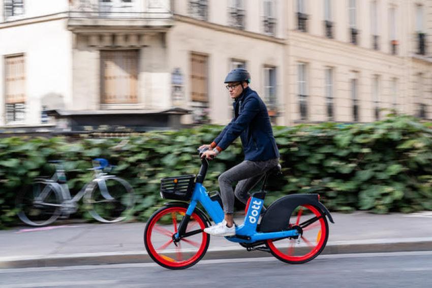 Image of Dott's new e-bike being ridden around the streets of Paris
